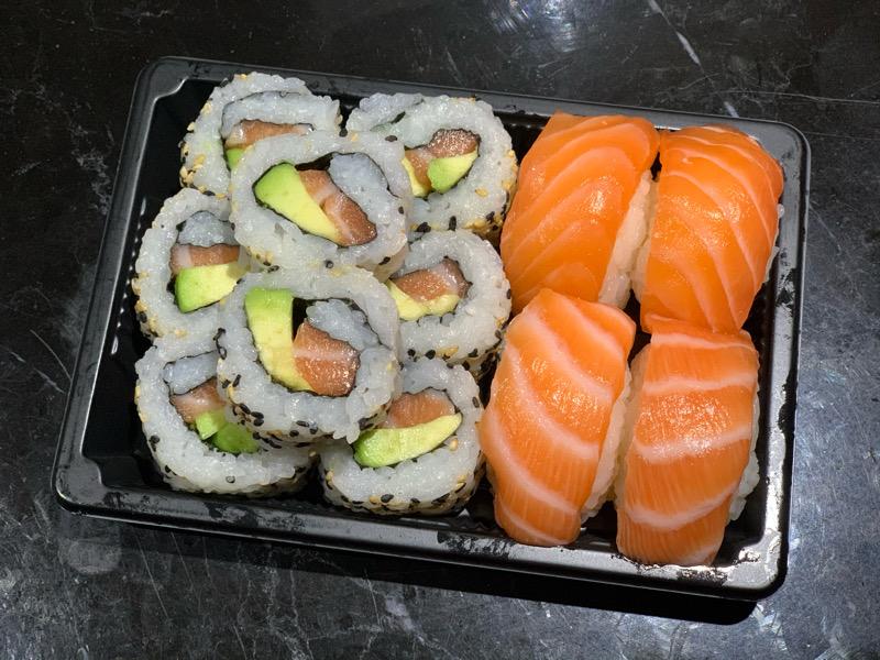 J2. 8 California avocat saumon + 4 Sushi saumon